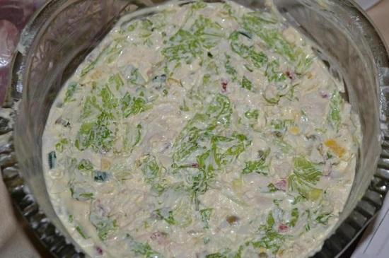 Выравниваем поверхность салата