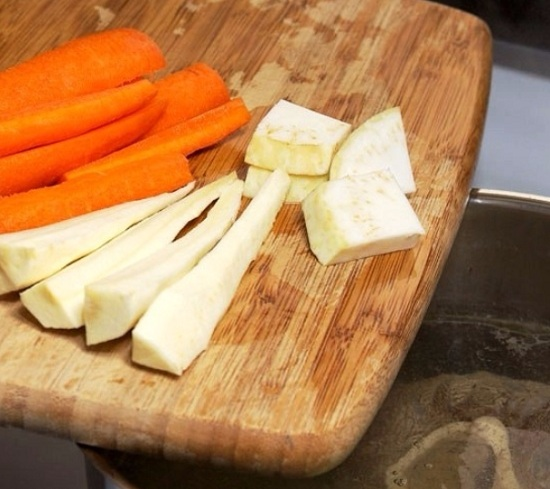 Морковный корнеплод, сельдерейный корень и петрушки очистим