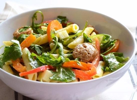 Необычный салат зимний с колбасой