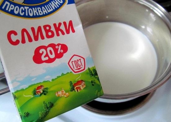 Сливки выливаем в жаропрочную посуду