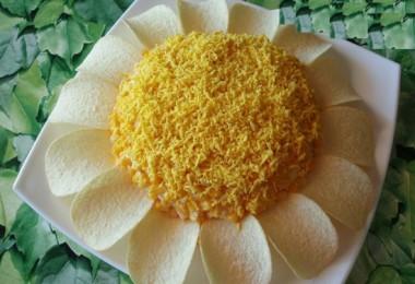 Салат «Ромашка» с чипсами: рецепты с фото