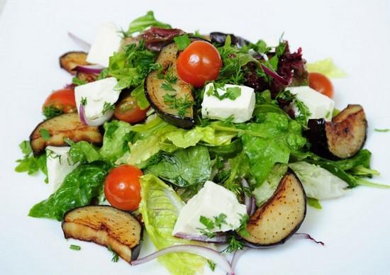 Салат с фетаксой и помидорами