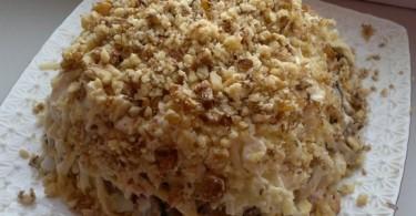 Салат с грецким орехом, курицей, сыром, грибами