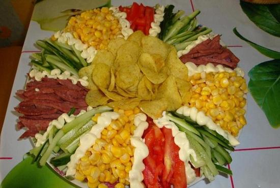 Салат «Радуга» с чипсами: рецепт