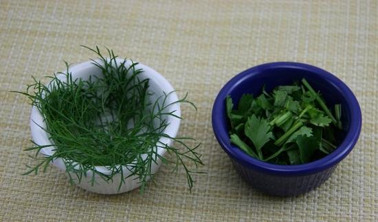 Зелень промываем и мелко шинкуем