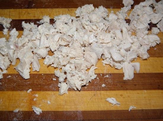 Измельчаем отварное филе курицы
