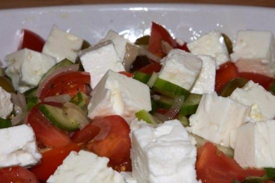 салат из брынзы с помидорами и оливками