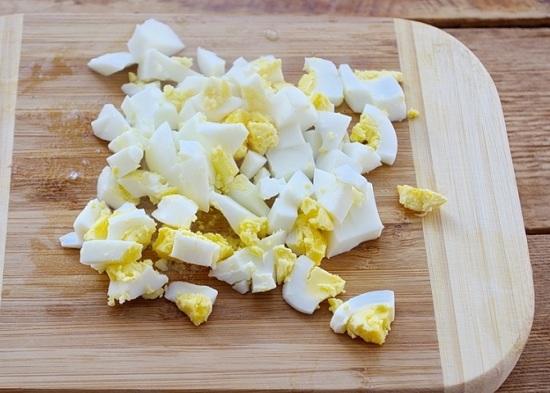 Яйца отварим, очистим и нарежем