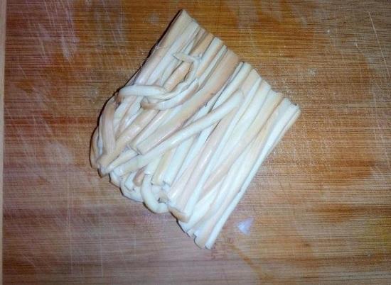 Сыр-косичку нарезаем полосками