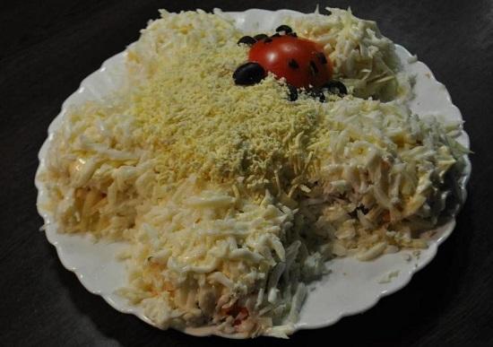 Салат «Ромашка» с чипсами: рецепт с фото