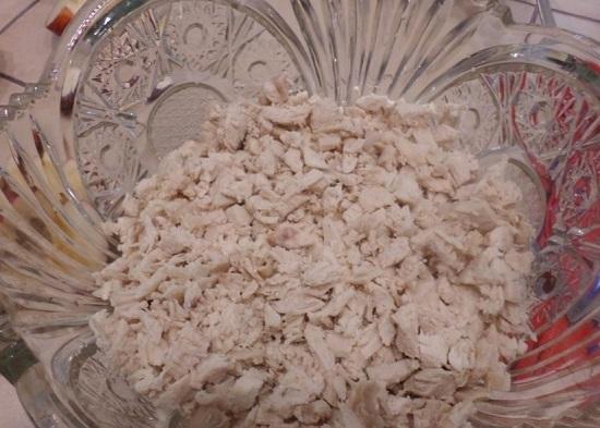 Выложим куриную грудинку в салатницу