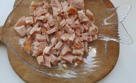 Копченое куриное мясо нарезаем