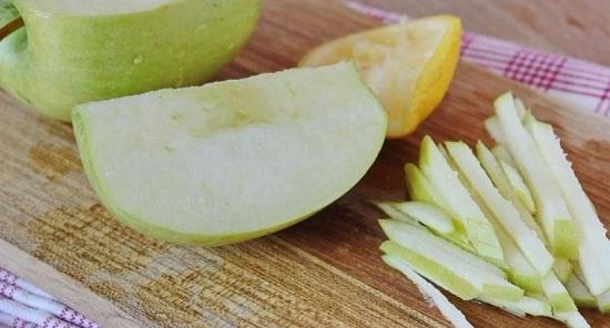 Яблоко промываем и разрезаем