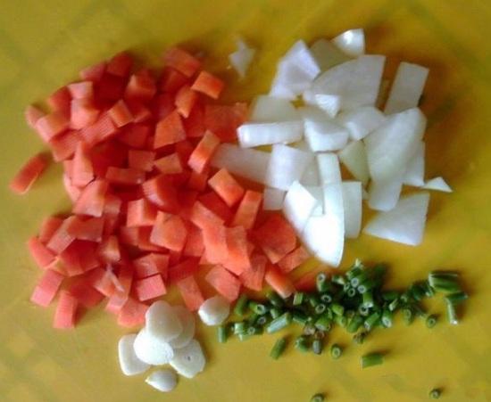 Зелень промываем и рубим мелко ножом