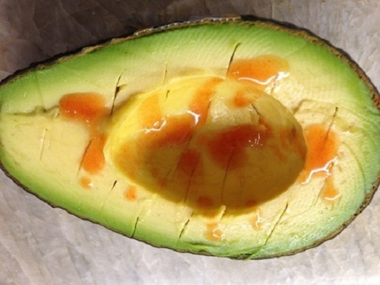 Смазываем авокадо соусом