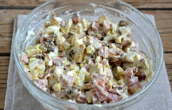Аккуратно размешиваем салатик