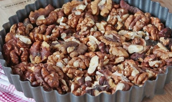 обжарьте орешки на сухой сковороде