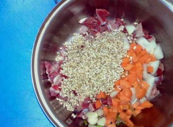 Выкладываем пупочки, перловую крупу и овощи
