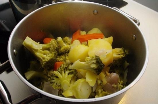 Готовые овощи выложим в дуршлаг