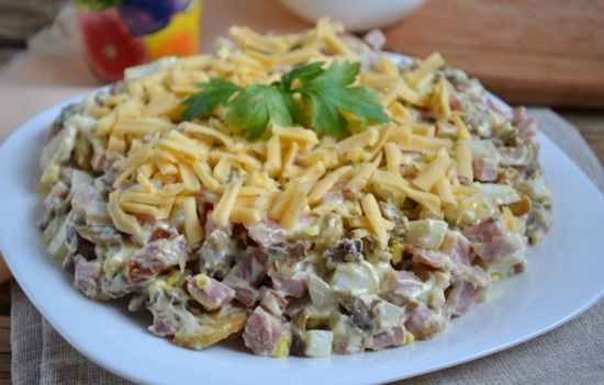 Салат с ветчиной и грибами (с сыром, огурцами, фасолью)