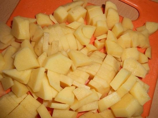 Картофель необходимо почистить и нарезать