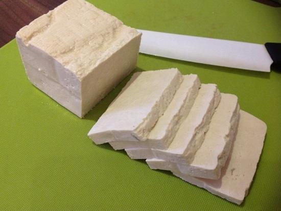 Нарезаем соевый сыр равноценными ломтиками