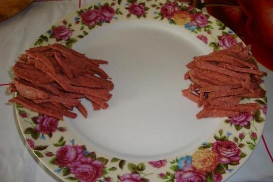 Начинаем с нашинкованной колбасы