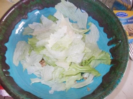Разрываем салатные листья руками