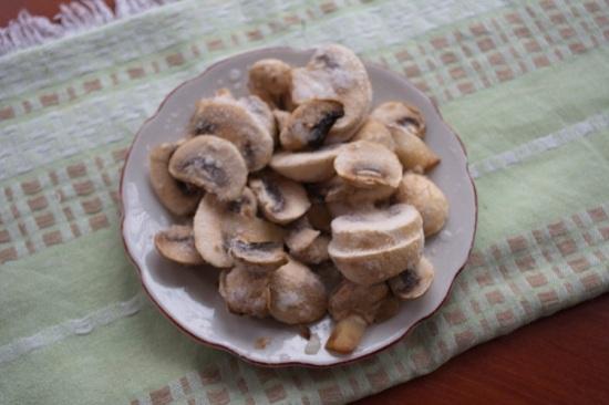 Нарежем грибочки не слишком мелко
