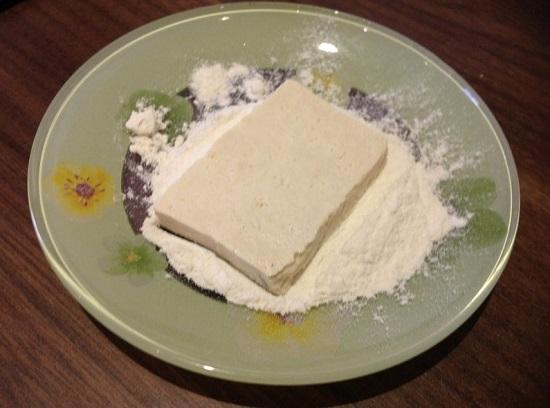 Панируем в муке каждый кусочек сыра