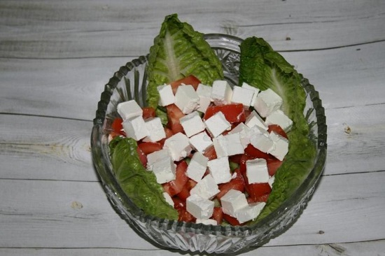 Сыр фетакса нарезаем одинаковыми кубиками