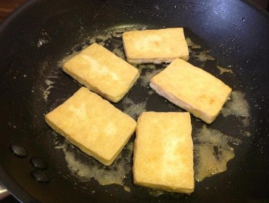 Выкладываем сыр Тофу в панировке и обжариваем