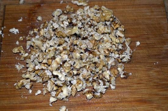 ядра грецких орехов измельчаем