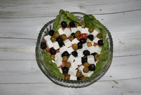 отправляем зеленые и черные оливки в салатницу
