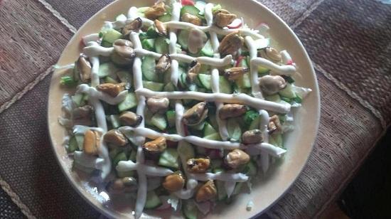 Морепродукт добавляем в салат