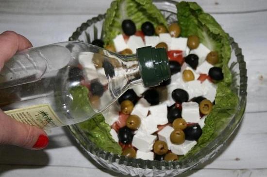 заправить салат оливковым рафинированным маслом