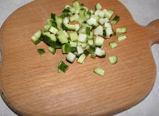 свежие огурцы нарезаем меленькими кубиками