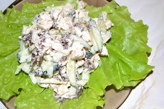 На салатные листья выложим закуску