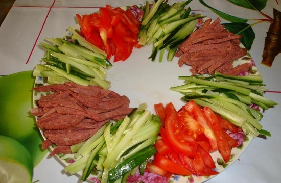 Выкладываем на блюдо еще два сегмента салата