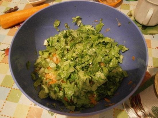 Промытые салатные листья нарезаем