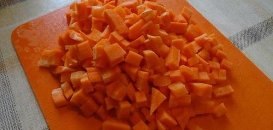 Морковные корнеплоды тоже нарезаем