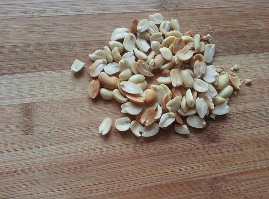 От шелухи очищаем арахисовые орешки