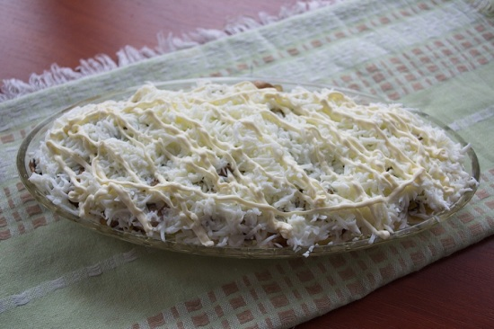 Выложим сверху грибного слоя белки