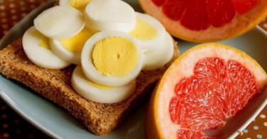 варёные яйца и грейпфрутовый сок
