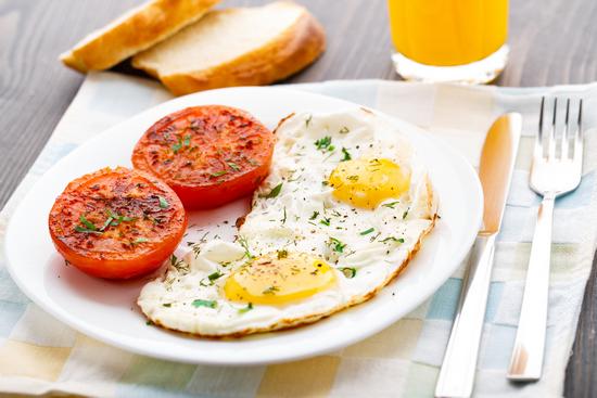 Калорийность яичницы из 2 яиц с помидорами