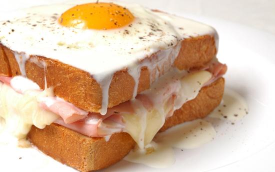 Бутерброды с колбасой и сыром, и яйцом