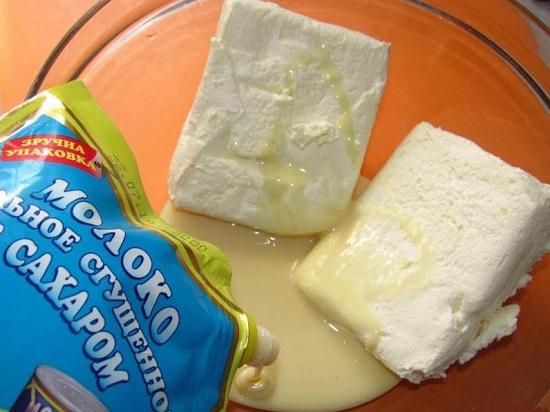 выливаем сгущенное молоко