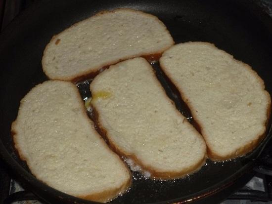 хлебные ломтики жарим