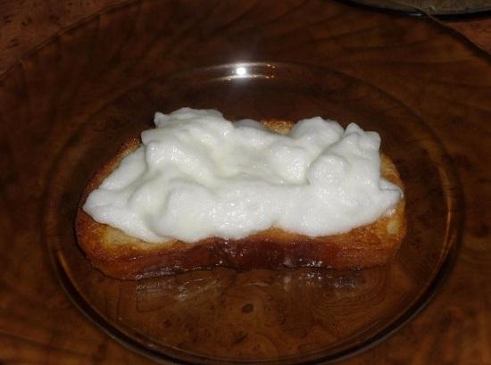 белковую массу на хлебные ломтики