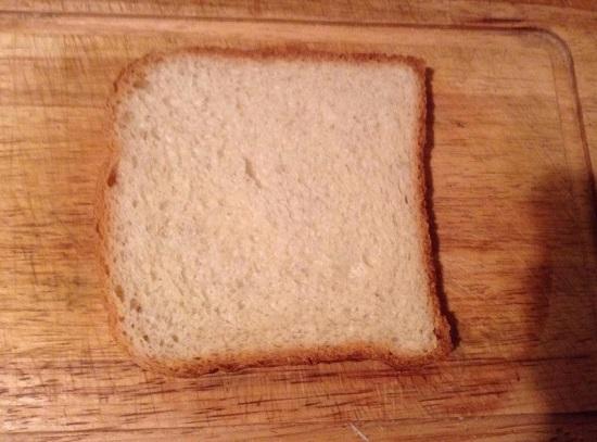 Нарезаем белый хлеб